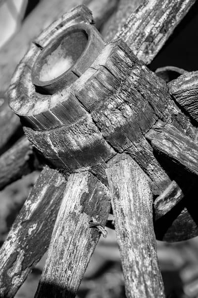 Black and White Antique Weathered Wooden Wagon Wheel fleblanc