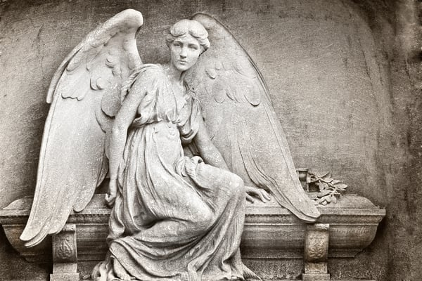 angels holding wreaths, Christmas angels, photographs of angels in cemeteries,