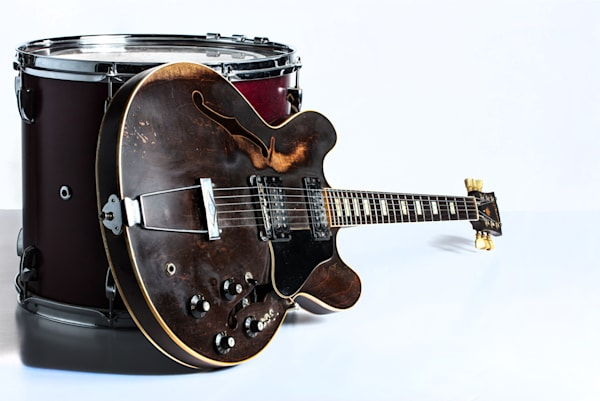 Classic Light Gibson Guitar Image with Drum 1744.006