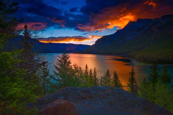 Lake Minnewanka sunrise.|Banff National Park|Canadian Rockies| Rocky Mountains|