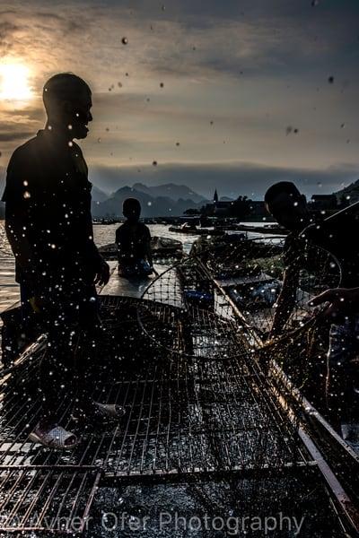 Silhouetted fisherman - Phong Nha vert