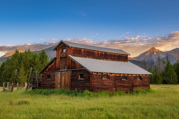 Sunrise Photo Little Buckaroo Barn & Baker Mountain in RMNP Colorado