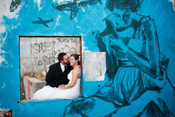 Couple_with_mural_z5r9rh