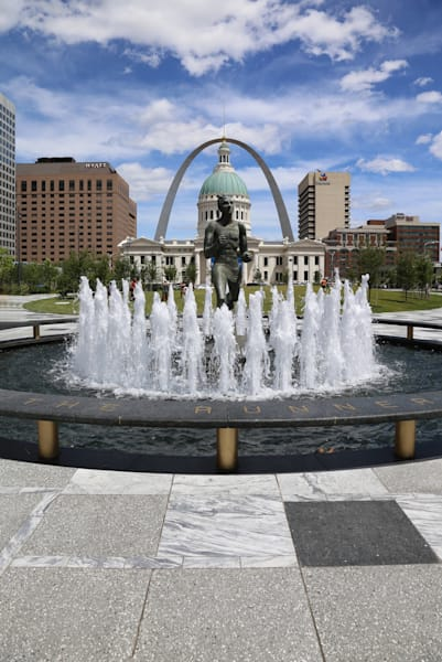 Running Man Sculpture, Old Courthouse at Kiener Plaza near Gateway Arch