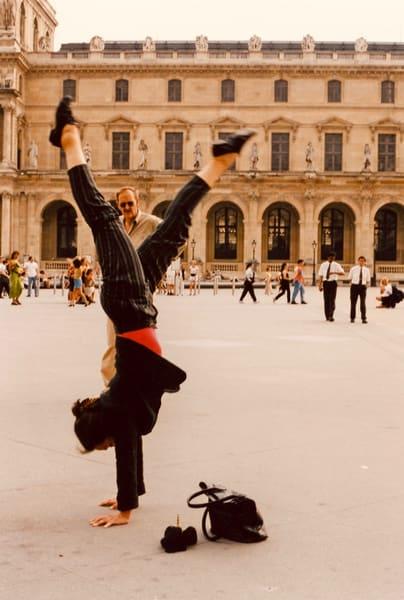 handstand, Louvre, Paris