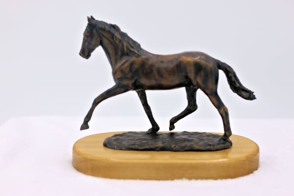 Bronze statue of famed race horse traveler