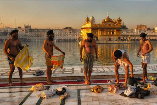 Golden Temple Men Bathing Photography Art | nancyney