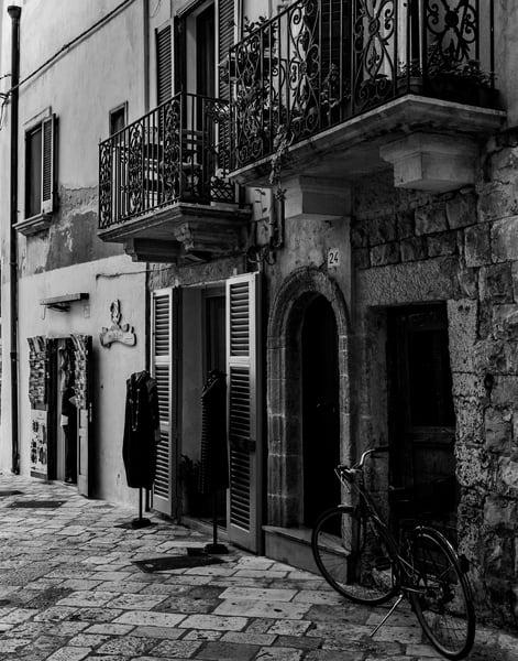 Polignano a Mare - Street Scene bw, photo by Jeremy Simonson