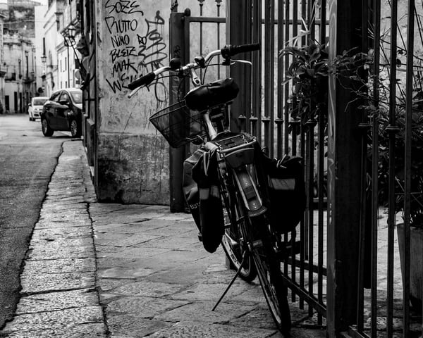 Lecce -Bike on Street bw, photo by Jeremy Simonson.
