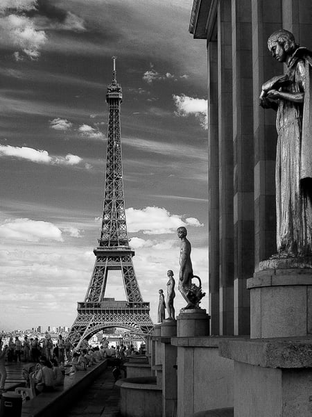 Les Statues Et La Tour Eiffel Photography Art | The World in Black and White