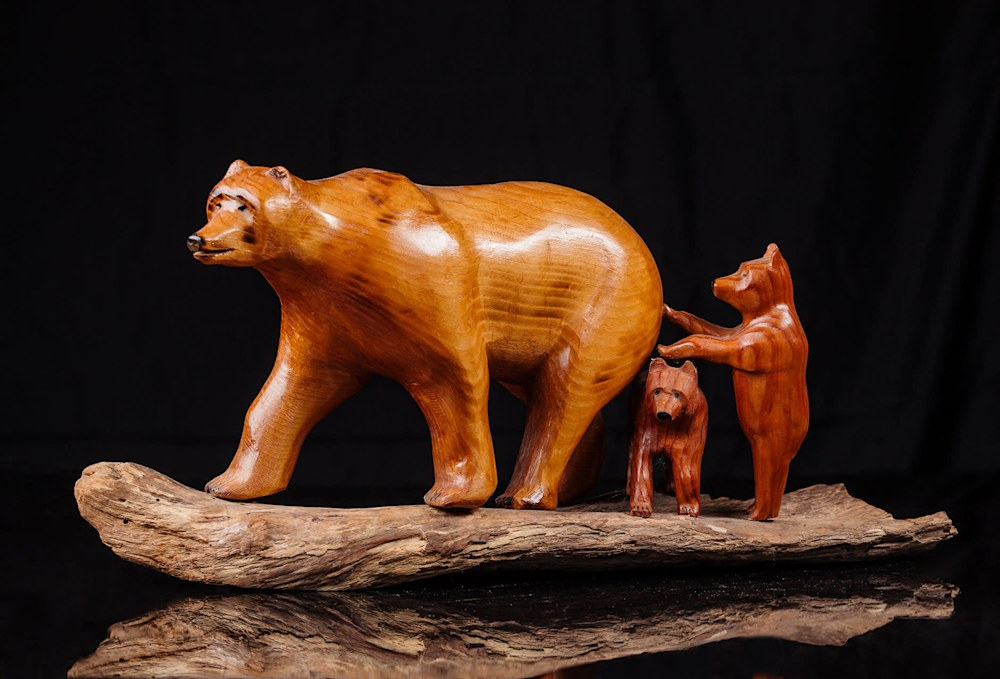 Grizzly-Bear-with-Cubs-Red-Cedar-Maple-opizkz
