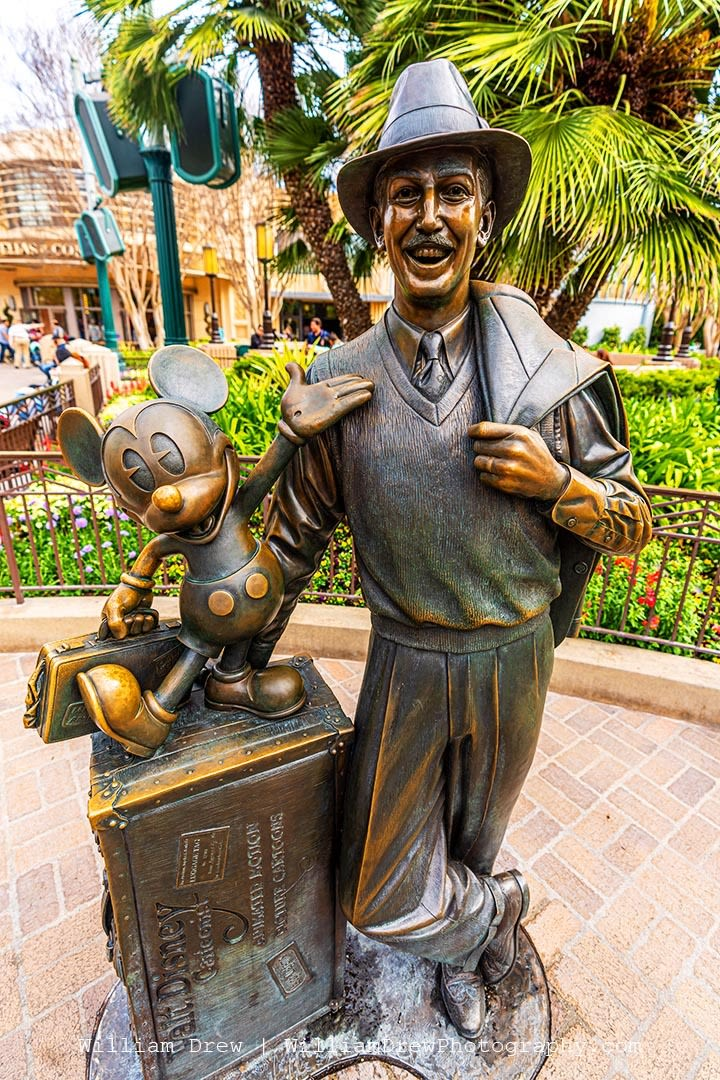 Walt and Mickey Storeytellers Statue