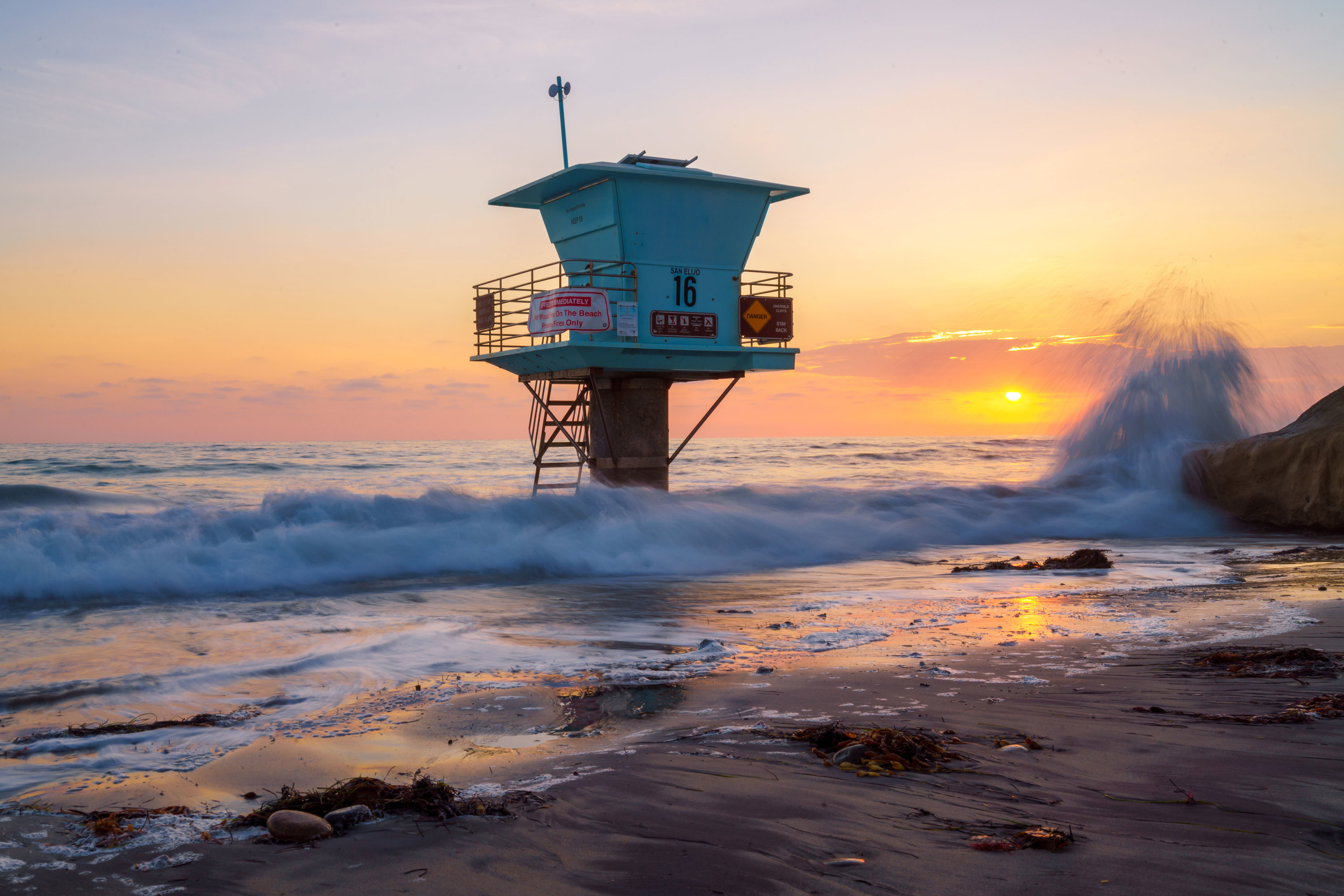 <div class='title'>           Life Guard Tower and Waves on Rocks in Encinitas, California          </div>