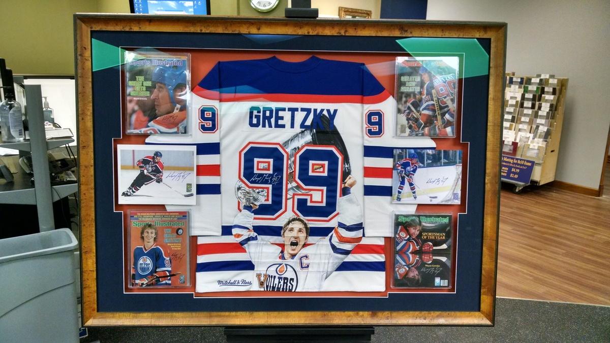 Gretzky_jersey_with_magazines_rkwuzm