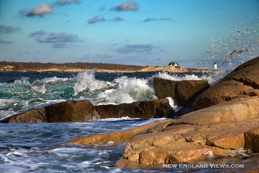 Straitsmouth_lighthouse-wave-splash_a4eozk