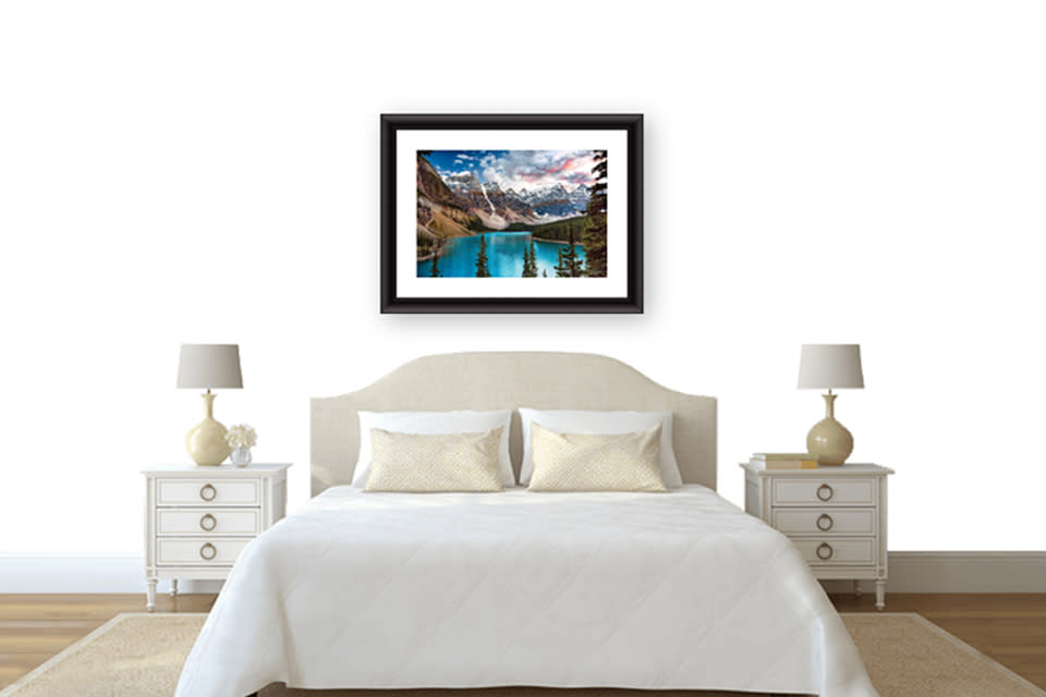 Bedroom_with_moraine_lake_ab3ndk